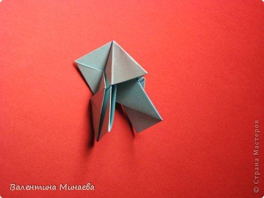 Я уже показывала эту кусудаму. Теперь предлагаю вам МК этих синих крученых цветов. В основе - кусудама Stern var., автор Paolo Bascetta, 30 модулей, размер бумаги 8,5 х 8,5 см Для цветов необходимо 60 модулей, у меня размер бумаги 7,0 х 7,0 см, в итоге кусудама получается 12,5 см в диаметре.  Автор модульных цветов - Валентина Минаева (Valentina Minayeva) фото 23