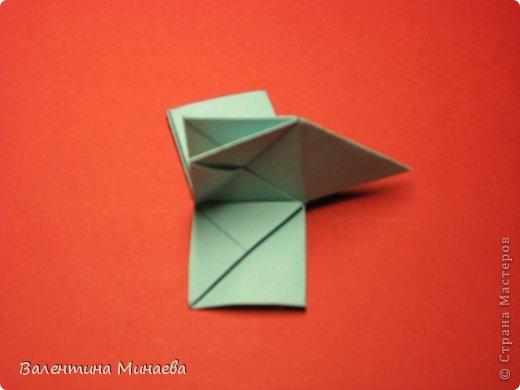 Я уже показывала эту кусудаму. Теперь предлагаю вам МК этих синих крученых цветов. В основе - кусудама Stern var., автор Paolo Bascetta, 30 модулей, размер бумаги 8,5 х 8,5 см Для цветов необходимо 60 модулей, у меня размер бумаги 7,0 х 7,0 см, в итоге кусудама получается 12,5 см в диаметре.  Автор модульных цветов - Валентина Минаева (Valentina Minayeva) фото 24