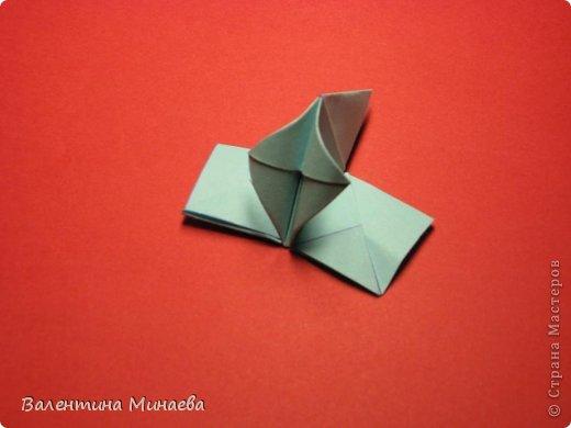 Я уже показывала эту кусудаму. Теперь предлагаю вам МК этих синих крученых цветов. В основе - кусудама Stern var., автор Paolo Bascetta, 30 модулей, размер бумаги 8,5 х 8,5 см Для цветов необходимо 60 модулей, у меня размер бумаги 7,0 х 7,0 см, в итоге кусудама получается 12,5 см в диаметре.  Автор модульных цветов - Валентина Минаева (Valentina Minayeva) фото 26
