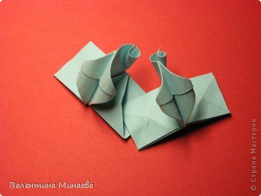 Я уже показывала эту кусудаму. Теперь предлагаю вам МК этих синих крученых цветов. В основе - кусудама Stern var., автор Paolo Bascetta, 30 модулей, размер бумаги 8,5 х 8,5 см Для цветов необходимо 60 модулей, у меня размер бумаги 7,0 х 7,0 см, в итоге кусудама получается 12,5 см в диаметре.  Автор модульных цветов - Валентина Минаева (Valentina Minayeva) фото 30