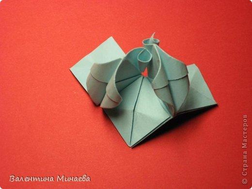 Я уже показывала эту кусудаму. Теперь предлагаю вам МК этих синих крученых цветов. В основе - кусудама Stern var., автор Paolo Bascetta, 30 модулей, размер бумаги 8,5 х 8,5 см Для цветов необходимо 60 модулей, у меня размер бумаги 7,0 х 7,0 см, в итоге кусудама получается 12,5 см в диаметре.  Автор модульных цветов - Валентина Минаева (Valentina Minayeva) фото 31