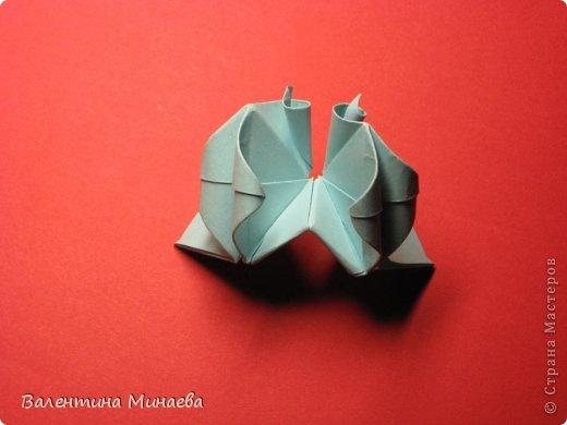 Я уже показывала эту кусудаму. Теперь предлагаю вам МК этих синих крученых цветов. В основе - кусудама Stern var., автор Paolo Bascetta, 30 модулей, размер бумаги 8,5 х 8,5 см Для цветов необходимо 60 модулей, у меня размер бумаги 7,0 х 7,0 см, в итоге кусудама получается 12,5 см в диаметре.  Автор модульных цветов - Валентина Минаева (Valentina Minayeva) фото 32