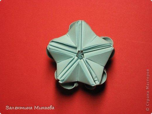 Я уже показывала эту кусудаму. Теперь предлагаю вам МК этих синих крученых цветов. В основе - кусудама Stern var., автор Paolo Bascetta, 30 модулей, размер бумаги 8,5 х 8,5 см Для цветов необходимо 60 модулей, у меня размер бумаги 7,0 х 7,0 см, в итоге кусудама получается 12,5 см в диаметре.  Автор модульных цветов - Валентина Минаева (Valentina Minayeva) фото 35