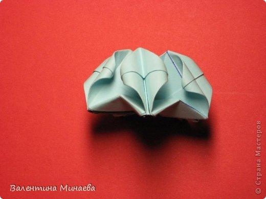 Я уже показывала эту кусудаму. Теперь предлагаю вам МК этих синих крученых цветов. В основе - кусудама Stern var., автор Paolo Bascetta, 30 модулей, размер бумаги 8,5 х 8,5 см Для цветов необходимо 60 модулей, у меня размер бумаги 7,0 х 7,0 см, в итоге кусудама получается 12,5 см в диаметре.  Автор модульных цветов - Валентина Минаева (Valentina Minayeva) фото 36