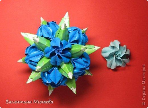 Я уже показывала эту кусудаму. Теперь предлагаю вам МК этих синих крученых цветов. В основе - кусудама Stern var., автор Paolo Bascetta, 30 модулей, размер бумаги 8,5 х 8,5 см Для цветов необходимо 60 модулей, у меня размер бумаги 7,0 х 7,0 см, в итоге кусудама получается 12,5 см в диаметре.  Автор модульных цветов - Валентина Минаева (Valentina Minayeva) фото 37