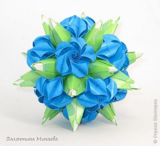 Я уже показывала эту кусудаму. Теперь предлагаю вам МК этих синих крученых цветов. В основе - кусудама Stern var., автор Paolo Bascetta, 30 модулей, размер бумаги 8,5 х 8,5 см Для цветов необходимо 60 модулей, у меня размер бумаги 7,0 х 7,0 см, в итоге кусудама получается 12,5 см в диаметре.  Автор модульных цветов - Валентина Минаева (Valentina Minayeva) фото 1