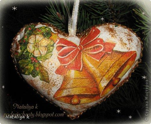 Вот таких сердечек я нашила к Рождеству. Основа-бязь ,загрунтована ПВА.Потом акриловая краска,кракелюр на ПВА и декупаж.Всё подручными средствами,дабы не разорять семейный бюджет)))