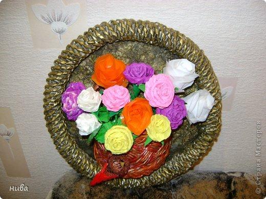 Букет цветов в корзинке выполнен из различной бумаги