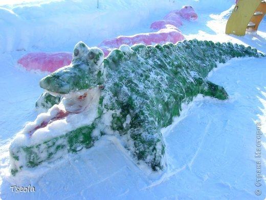 """Доброго времени суток! Каждый год зимой в детских садах проводятся конкурсы-смотры площадок. Наличие горки и снежных фигур обязательно. В этом году мы с воспитателями выбрали тему """"Африка"""". Многие подкрашивают фигуры краской, но по опыту прошлых лет - этот способ мне совсем не нравится, поэтому предложила обклеить фигуры салфетками - получилось очень ярко и красиво! Приглашаю побродить по нашему участку. Фонарный столб превратился в пальму... фото 2"""