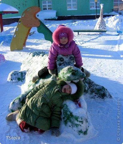 """Доброго времени суток! Каждый год зимой в детских садах проводятся конкурсы-смотры площадок. Наличие горки и снежных фигур обязательно. В этом году мы с воспитателями выбрали тему """"Африка"""". Многие подкрашивают фигуры краской, но по опыту прошлых лет - этот способ мне совсем не нравится, поэтому предложила обклеить фигуры салфетками - получилось очень ярко и красиво! Приглашаю побродить по нашему участку. Фонарный столб превратился в пальму... фото 3"""