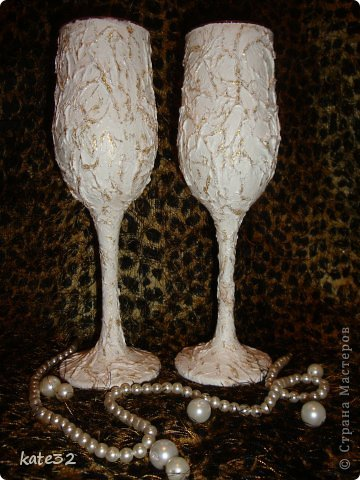 Обычные бокалы обклеила мятыми салфетками, покрыла двумя слоями белой краски, складочки выделила клеем с блестками, покрыла лаком) фото 2