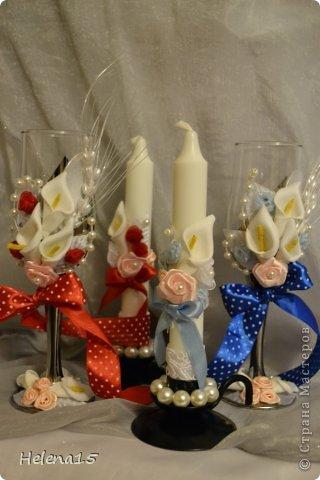 свадебный набор из 5-и предметов Страсть.Большие розы и бутоны выполнены из атласной ленты вручную,украшены цветами из ткани и бусинами.Цветы,расположенные на бокалах закреплены на резинках,поэтому при мытье легко снимаются.Дополнительно так же можно оформить бутылки с шамнанским и фоторамку (она в процессе оформления). фото 19