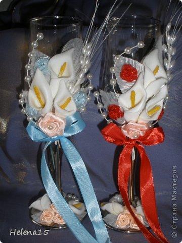 свадебный набор из 5-и предметов Страсть.Большие розы и бутоны выполнены из атласной ленты вручную,украшены цветами из ткани и бусинами.Цветы,расположенные на бокалах закреплены на резинках,поэтому при мытье легко снимаются.Дополнительно так же можно оформить бутылки с шамнанским и фоторамку (она в процессе оформления). фото 22