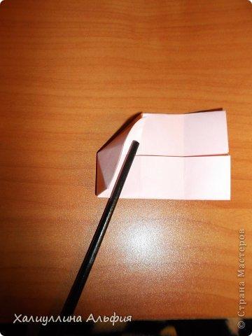 """Вот такую забавную башенку-пирамидку из забавных Кубов Колумба я научилась делать на днях с помощью видеоролика на ютубе (а вот и прямая ссылка на него, если кто-то не очень хорошо разберется в моем фото-МК: http://www.youtube.com/watch?v=6u-1a1UFj_k ). Вся суть заключается  втом, что один из углов кубика собирается, как """"вдавленный"""" внутрь. Благодаря этой конструкционной особенности кубики можно ставить друг на друга, создавая причудливую и интересующую глаз иллюзию. Многие не могут поверить с первого раза, что кубики никак не склеены между собой. фото 10"""