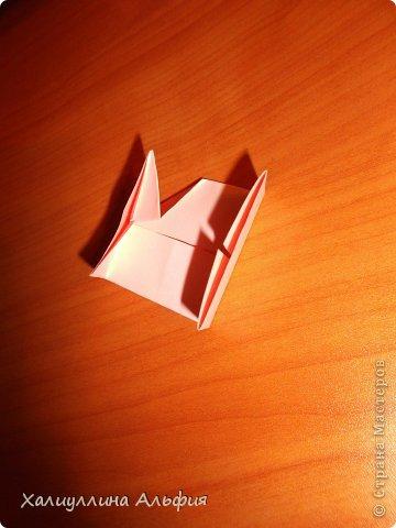 """Вот такую забавную башенку-пирамидку из забавных Кубов Колумба я научилась делать на днях с помощью видеоролика на ютубе (а вот и прямая ссылка на него, если кто-то не очень хорошо разберется в моем фото-МК: http://www.youtube.com/watch?v=6u-1a1UFj_k ). Вся суть заключается  втом, что один из углов кубика собирается, как """"вдавленный"""" внутрь. Благодаря этой конструкционной особенности кубики можно ставить друг на друга, создавая причудливую и интересующую глаз иллюзию. Многие не могут поверить с первого раза, что кубики никак не склеены между собой. фото 12"""