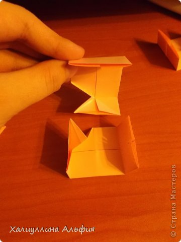 """Вот такую забавную башенку-пирамидку из забавных Кубов Колумба я научилась делать на днях с помощью видеоролика на ютубе (а вот и прямая ссылка на него, если кто-то не очень хорошо разберется в моем фото-МК: http://www.youtube.com/watch?v=6u-1a1UFj_k ). Вся суть заключается  втом, что один из углов кубика собирается, как """"вдавленный"""" внутрь. Благодаря этой конструкционной особенности кубики можно ставить друг на друга, создавая причудливую и интересующую глаз иллюзию. Многие не могут поверить с первого раза, что кубики никак не склеены между собой. фото 14"""