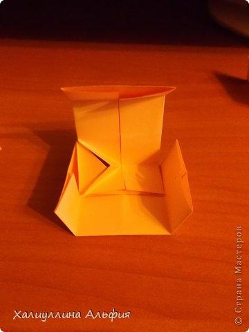 """Вот такую забавную башенку-пирамидку из забавных Кубов Колумба я научилась делать на днях с помощью видеоролика на ютубе (а вот и прямая ссылка на него, если кто-то не очень хорошо разберется в моем фото-МК: http://www.youtube.com/watch?v=6u-1a1UFj_k ). Вся суть заключается  втом, что один из углов кубика собирается, как """"вдавленный"""" внутрь. Благодаря этой конструкционной особенности кубики можно ставить друг на друга, создавая причудливую и интересующую глаз иллюзию. Многие не могут поверить с первого раза, что кубики никак не склеены между собой. фото 15"""