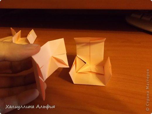 """Вот такую забавную башенку-пирамидку из забавных Кубов Колумба я научилась делать на днях с помощью видеоролика на ютубе (а вот и прямая ссылка на него, если кто-то не очень хорошо разберется в моем фото-МК: http://www.youtube.com/watch?v=6u-1a1UFj_k ). Вся суть заключается  втом, что один из углов кубика собирается, как """"вдавленный"""" внутрь. Благодаря этой конструкционной особенности кубики можно ставить друг на друга, создавая причудливую и интересующую глаз иллюзию. Многие не могут поверить с первого раза, что кубики никак не склеены между собой. фото 16"""