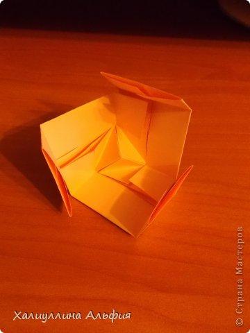 """Вот такую забавную башенку-пирамидку из забавных Кубов Колумба я научилась делать на днях с помощью видеоролика на ютубе (а вот и прямая ссылка на него, если кто-то не очень хорошо разберется в моем фото-МК: http://www.youtube.com/watch?v=6u-1a1UFj_k ). Вся суть заключается  втом, что один из углов кубика собирается, как """"вдавленный"""" внутрь. Благодаря этой конструкционной особенности кубики можно ставить друг на друга, создавая причудливую и интересующую глаз иллюзию. Многие не могут поверить с первого раза, что кубики никак не склеены между собой. фото 17"""