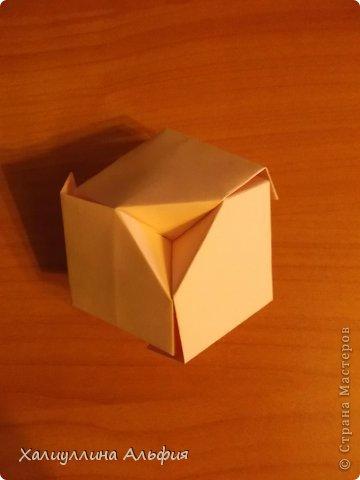 """Вот такую забавную башенку-пирамидку из забавных Кубов Колумба я научилась делать на днях с помощью видеоролика на ютубе (а вот и прямая ссылка на него, если кто-то не очень хорошо разберется в моем фото-МК: http://www.youtube.com/watch?v=6u-1a1UFj_k ). Вся суть заключается  втом, что один из углов кубика собирается, как """"вдавленный"""" внутрь. Благодаря этой конструкционной особенности кубики можно ставить друг на друга, создавая причудливую и интересующую глаз иллюзию. Многие не могут поверить с первого раза, что кубики никак не склеены между собой. фото 18"""
