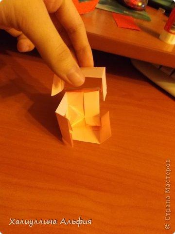 """Вот такую забавную башенку-пирамидку из забавных Кубов Колумба я научилась делать на днях с помощью видеоролика на ютубе (а вот и прямая ссылка на него, если кто-то не очень хорошо разберется в моем фото-МК: http://www.youtube.com/watch?v=6u-1a1UFj_k ). Вся суть заключается  втом, что один из углов кубика собирается, как """"вдавленный"""" внутрь. Благодаря этой конструкционной особенности кубики можно ставить друг на друга, создавая причудливую и интересующую глаз иллюзию. Многие не могут поверить с первого раза, что кубики никак не склеены между собой. фото 19"""