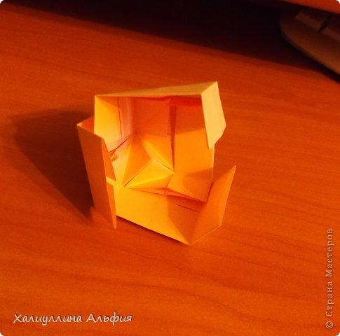 """Вот такую забавную башенку-пирамидку из забавных Кубов Колумба я научилась делать на днях с помощью видеоролика на ютубе (а вот и прямая ссылка на него, если кто-то не очень хорошо разберется в моем фото-МК: http://www.youtube.com/watch?v=6u-1a1UFj_k ). Вся суть заключается  втом, что один из углов кубика собирается, как """"вдавленный"""" внутрь. Благодаря этой конструкционной особенности кубики можно ставить друг на друга, создавая причудливую и интересующую глаз иллюзию. Многие не могут поверить с первого раза, что кубики никак не склеены между собой. фото 20"""