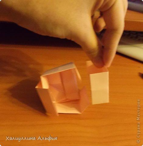 """Вот такую забавную башенку-пирамидку из забавных Кубов Колумба я научилась делать на днях с помощью видеоролика на ютубе (а вот и прямая ссылка на него, если кто-то не очень хорошо разберется в моем фото-МК: http://www.youtube.com/watch?v=6u-1a1UFj_k ). Вся суть заключается  втом, что один из углов кубика собирается, как """"вдавленный"""" внутрь. Благодаря этой конструкционной особенности кубики можно ставить друг на друга, создавая причудливую и интересующую глаз иллюзию. Многие не могут поверить с первого раза, что кубики никак не склеены между собой. фото 21"""