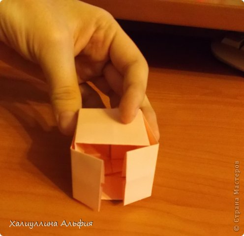 """Вот такую забавную башенку-пирамидку из забавных Кубов Колумба я научилась делать на днях с помощью видеоролика на ютубе (а вот и прямая ссылка на него, если кто-то не очень хорошо разберется в моем фото-МК: http://www.youtube.com/watch?v=6u-1a1UFj_k ). Вся суть заключается  втом, что один из углов кубика собирается, как """"вдавленный"""" внутрь. Благодаря этой конструкционной особенности кубики можно ставить друг на друга, создавая причудливую и интересующую глаз иллюзию. Многие не могут поверить с первого раза, что кубики никак не склеены между собой. фото 22"""