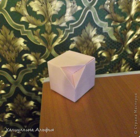 """Вот такую забавную башенку-пирамидку из забавных Кубов Колумба я научилась делать на днях с помощью видеоролика на ютубе (а вот и прямая ссылка на него, если кто-то не очень хорошо разберется в моем фото-МК: http://www.youtube.com/watch?v=6u-1a1UFj_k ). Вся суть заключается  втом, что один из углов кубика собирается, как """"вдавленный"""" внутрь. Благодаря этой конструкционной особенности кубики можно ставить друг на друга, создавая причудливую и интересующую глаз иллюзию. Многие не могут поверить с первого раза, что кубики никак не склеены между собой. фото 23"""