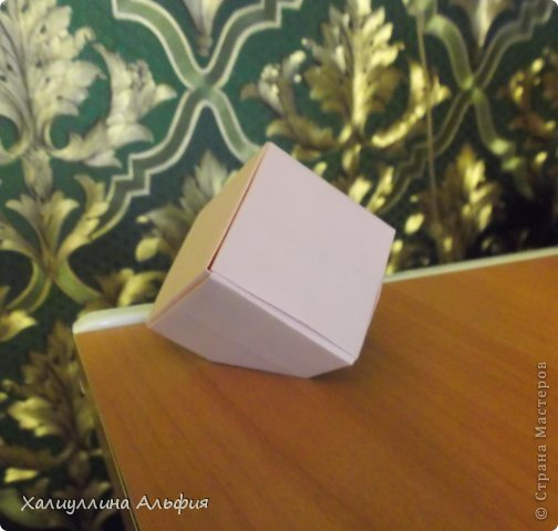 """Вот такую забавную башенку-пирамидку из забавных Кубов Колумба я научилась делать на днях с помощью видеоролика на ютубе (а вот и прямая ссылка на него, если кто-то не очень хорошо разберется в моем фото-МК: http://www.youtube.com/watch?v=6u-1a1UFj_k ). Вся суть заключается  втом, что один из углов кубика собирается, как """"вдавленный"""" внутрь. Благодаря этой конструкционной особенности кубики можно ставить друг на друга, создавая причудливую и интересующую глаз иллюзию. Многие не могут поверить с первого раза, что кубики никак не склеены между собой. фото 24"""