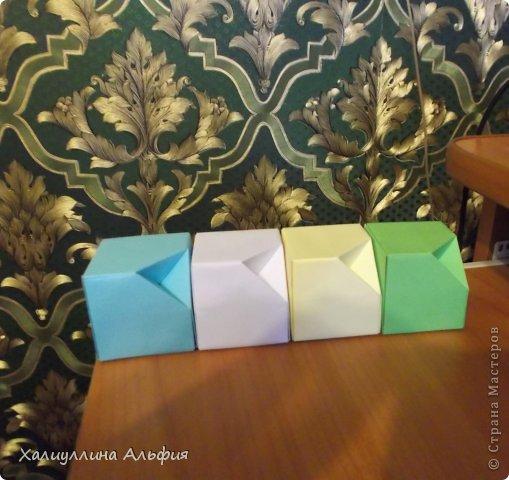 """Вот такую забавную башенку-пирамидку из забавных Кубов Колумба я научилась делать на днях с помощью видеоролика на ютубе (а вот и прямая ссылка на него, если кто-то не очень хорошо разберется в моем фото-МК: http://www.youtube.com/watch?v=6u-1a1UFj_k ). Вся суть заключается  втом, что один из углов кубика собирается, как """"вдавленный"""" внутрь. Благодаря этой конструкционной особенности кубики можно ставить друг на друга, создавая причудливую и интересующую глаз иллюзию. Многие не могут поверить с первого раза, что кубики никак не склеены между собой. фото 25"""