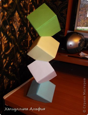 """Вот такую забавную башенку-пирамидку из забавных Кубов Колумба я научилась делать на днях с помощью видеоролика на ютубе (а вот и прямая ссылка на него, если кто-то не очень хорошо разберется в моем фото-МК: http://www.youtube.com/watch?v=6u-1a1UFj_k ). Вся суть заключается  втом, что один из углов кубика собирается, как """"вдавленный"""" внутрь. Благодаря этой конструкционной особенности кубики можно ставить друг на друга, создавая причудливую и интересующую глаз иллюзию. Многие не могут поверить с первого раза, что кубики никак не склеены между собой. фото 26"""