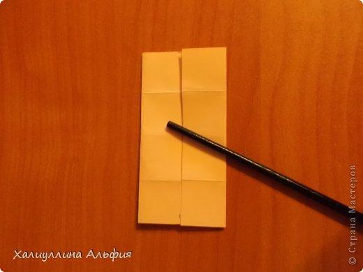 """Вот такую забавную башенку-пирамидку из забавных Кубов Колумба я научилась делать на днях с помощью видеоролика на ютубе (а вот и прямая ссылка на него, если кто-то не очень хорошо разберется в моем фото-МК: http://www.youtube.com/watch?v=6u-1a1UFj_k ). Вся суть заключается  втом, что один из углов кубика собирается, как """"вдавленный"""" внутрь. Благодаря этой конструкционной особенности кубики можно ставить друг на друга, создавая причудливую и интересующую глаз иллюзию. Многие не могут поверить с первого раза, что кубики никак не склеены между собой. фото 5"""