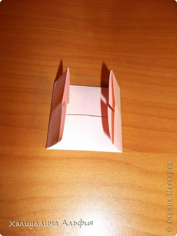 """Вот такую забавную башенку-пирамидку из забавных Кубов Колумба я научилась делать на днях с помощью видеоролика на ютубе (а вот и прямая ссылка на него, если кто-то не очень хорошо разберется в моем фото-МК: http://www.youtube.com/watch?v=6u-1a1UFj_k ). Вся суть заключается  втом, что один из углов кубика собирается, как """"вдавленный"""" внутрь. Благодаря этой конструкционной особенности кубики можно ставить друг на друга, создавая причудливую и интересующую глаз иллюзию. Многие не могут поверить с первого раза, что кубики никак не склеены между собой. фото 6"""