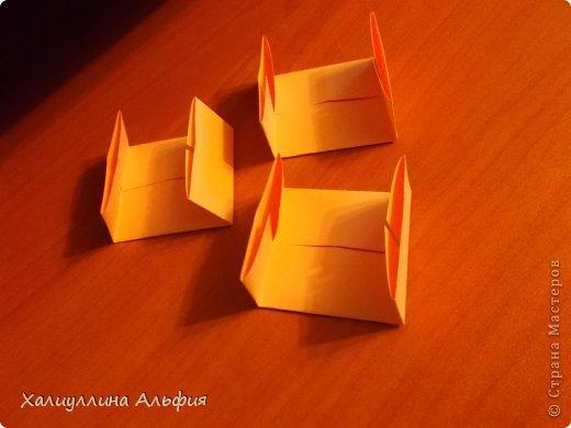 """Вот такую забавную башенку-пирамидку из забавных Кубов Колумба я научилась делать на днях с помощью видеоролика на ютубе (а вот и прямая ссылка на него, если кто-то не очень хорошо разберется в моем фото-МК: http://www.youtube.com/watch?v=6u-1a1UFj_k ). Вся суть заключается  втом, что один из углов кубика собирается, как """"вдавленный"""" внутрь. Благодаря этой конструкционной особенности кубики можно ставить друг на друга, создавая причудливую и интересующую глаз иллюзию. Многие не могут поверить с первого раза, что кубики никак не склеены между собой. фото 7"""