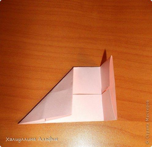 """Вот такую забавную башенку-пирамидку из забавных Кубов Колумба я научилась делать на днях с помощью видеоролика на ютубе (а вот и прямая ссылка на него, если кто-то не очень хорошо разберется в моем фото-МК: http://www.youtube.com/watch?v=6u-1a1UFj_k ). Вся суть заключается  втом, что один из углов кубика собирается, как """"вдавленный"""" внутрь. Благодаря этой конструкционной особенности кубики можно ставить друг на друга, создавая причудливую и интересующую глаз иллюзию. Многие не могут поверить с первого раза, что кубики никак не склеены между собой. фото 8"""