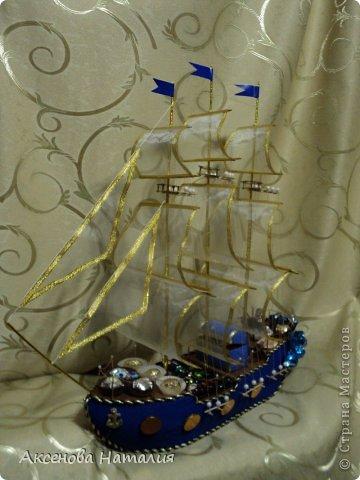 Очень нравились букеты из конфет на сайте. Решила попробовать тоже сделать сладкий корабль. Сначала попробовала сама. Это первый корабль.