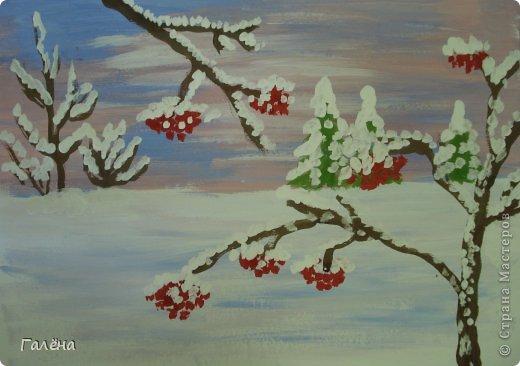 """Наступила зима,мы запаслись белой краской ( заканчивается очень быстро ) и стали активно рисовать Зимние мотивы. Эту """"Зимнюю деревушку"""" рисовали гуашью.В три этапа: фон,домики и свежевыпавший снег с тенями. фото 2"""