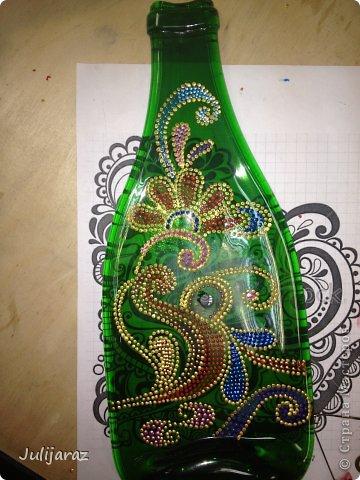 Это самая первая моя работа по точечной росписи, которую я сделала на мастер-классе. Может кому пригодится буду только рада. Использовался трафарет найденный на просторах инета, росписывалась бутылка  расплавленная в печи для фьюзинга. фото 3