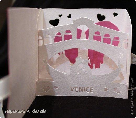 Скоро день Святого Валентина =) Пожалуй, самый романтичный праздник! Так приятно получить в этот день от любимого человека романтичный подарок! Но еще приятнее - дарить! Делая подарок, например, открыточку для любимого человека своими руками мы действительно вкладываем в нее все сердце, всю ту нежность и любовь, которую испытываем к человеку! Такой подарок бесценен!   Предлагаю Вам мастер-класс по созданию вот такой открыточки=) Точнее 2 мастер-класса, т.к. я покажу как сделать очеровательное сердечко  из цветов на обложке и как создать внутреннюю композицию!  фото 2