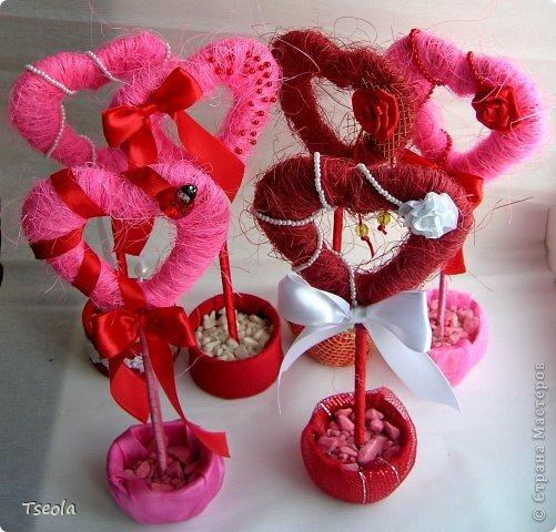 """Доброго времени суток! Для праздника святого Валентина появились у меня эти сердечные топиарии. Сизаль лежал давно, купила просто так, но начав делать деревья поняла: """"мало купила"""". Но к сожалению, больше в нашем городе его не встречала.  Основа - картон 4 слоя, затем обмотка гофрированной бумагой, а потом сизалем + декор. Ствол - обычная палочка от суши. фото 1"""