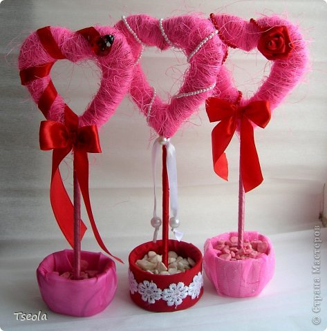 """Доброго времени суток! Для праздника святого Валентина появились у меня эти сердечные топиарии. Сизаль лежал давно, купила просто так, но начав делать деревья поняла: """"мало купила"""". Но к сожалению, больше в нашем городе его не встречала.  Основа - картон 4 слоя, затем обмотка гофрированной бумагой, а потом сизалем + декор. Ствол - обычная палочка от суши. фото 3"""