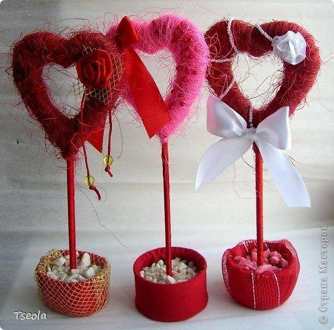 """Доброго времени суток! Для праздника святого Валентина появились у меня эти сердечные топиарии. Сизаль лежал давно, купила просто так, но начав делать деревья поняла: """"мало купила"""". Но к сожалению, больше в нашем городе его не встречала.  Основа - картон 4 слоя, затем обмотка гофрированной бумагой, а потом сизалем + декор. Ствол - обычная палочка от суши. фото 2"""