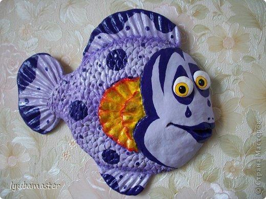 Размер рыбки- 24х22 см. Краски- акрил. Эта рыбка-панно. Дырочки для подвешевания замаскированы узелками из суровой нитки закрашеными под цвет рыбки. Подвески не видно,т.к. она короткая и прикрыта плавником.
