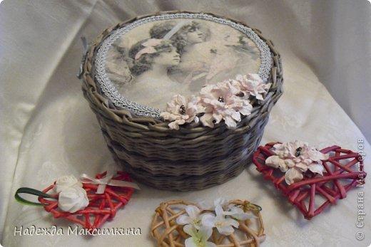 Добрый день всем! Сегодня я с винтажными шкатулками. На крышке салфетка горячим декупажем, цветы из акварельной бумаги.Трубочки красила водной морилкой.. орех и эбеновое дерево.