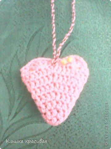 Эти сердечки легко вяжутся из остатков нитей. Справится даже начинающий фото 1