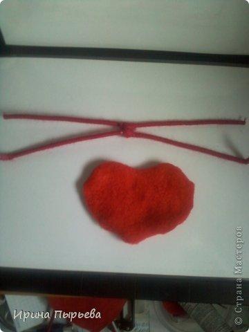 Увидела я на просторах Инета маленькое пластмассовое сердечко на длинных ножках в белых кедах......Несколько дней крутилась у меня в голове идея.И вот во что вылилась! фото 7