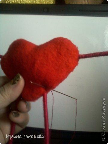 Увидела я на просторах Инета маленькое пластмассовое сердечко на длинных ножках в белых кедах......Несколько дней крутилась у меня в голове идея.И вот во что вылилась! фото 8