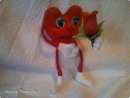 Увидела я на просторах Инета маленькое пластмассовое сердечко на длинных ножках в белых кедах......Несколько дней крутилась у меня в голове идея.И вот во что вылилась! фото 2