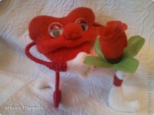 Увидела я на просторах Инета маленькое пластмассовое сердечко на длинных ножках в белых кедах......Несколько дней крутилась у меня в голове идея.И вот во что вылилась! фото 1